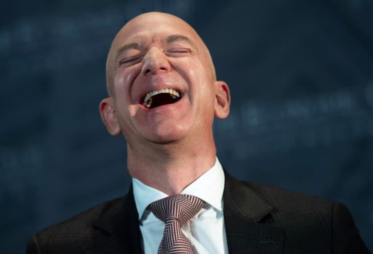 Jeff Bezos, fondateur d'Amazon, riant aux éclats...