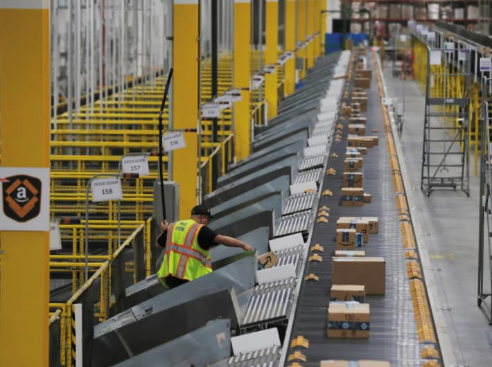 Un entrepôt d'Amazon... Ca enchaîne les colis !