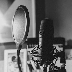 Microphone pour enregistrer un podcast, image en noir et blanc.