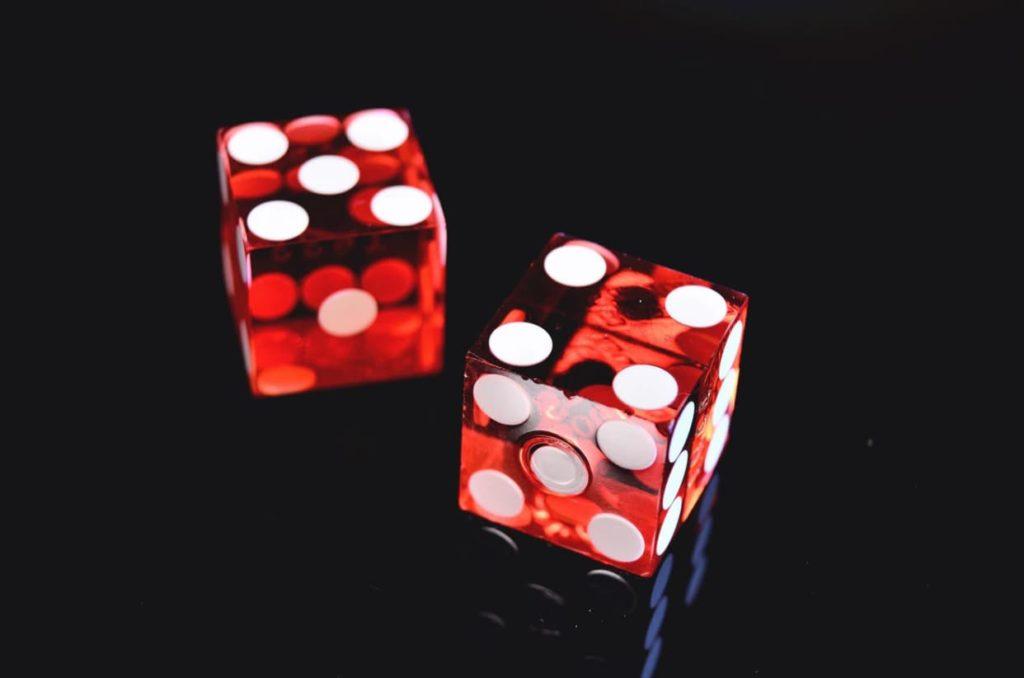 Prendre des moyennes permet de lisser les chiffres,  comme la moyenne de lancers de 2 dés tournera toujours autour de 6,5