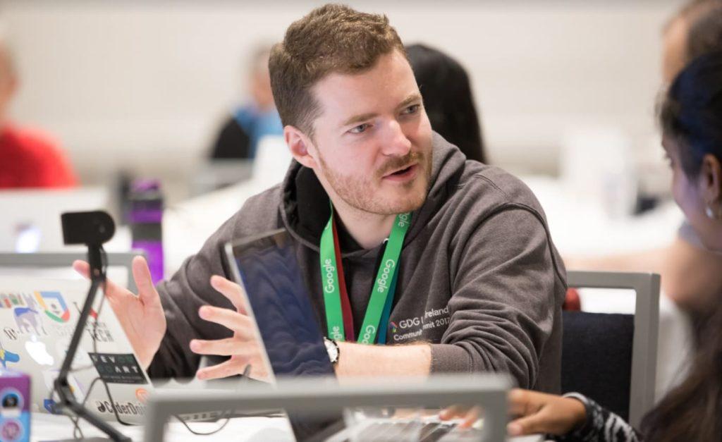 Vincent Courson, auteur de HumeurWeb, en pleine discussion lors d'un hackathon